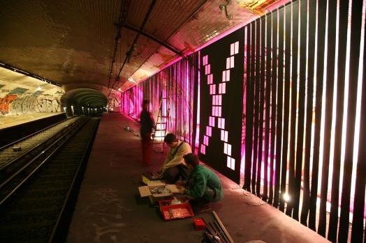 Paris,_RATP_station_Croix_Rouge_installation_X_lenfer_de_la_BnF,_par_L._Ungerer_C-Album_nuit_du_15_déc._2007_(4879675176)
